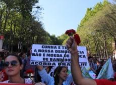 Lisboa: brasileiros denunciam golpe contra Dilma durante celebração da Revolução dos Cravos