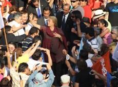 Em encerramento de campanha, Bachelet incentiva, e Matthei critica reforma constitucional
