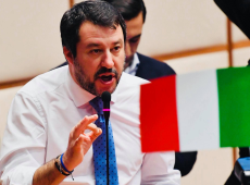Tribunal quer processar Salvini por sequestro após ex-ministro impedir desembarque de refugiados