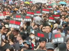 Multidão pede renúncia de líder de Hong Kong apesar de recuo