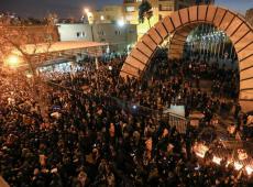 Protesto pede saída do aiatolá Khamenei após Irã admitir ter abatido avião com míssil