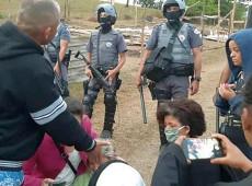 """PM paulista cumpre decisão judicial e expulsa 50 famílias de """"chácara pecuarista"""""""