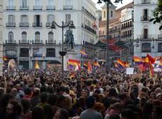 """Gritando """"república já"""", espanhóis lotam principais cidades contra monarquia"""