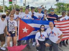 Con banderas cubanas y carteles contra el embargo estadounidense protestan contra el bloqueo impuesto Cuba
