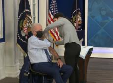 Minoria não vacinada causa danos enormes ao país, diz Biden ao tomar terceira dose