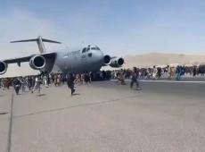 Afegãos se penduram em aviões dos EUA para tentar fugir de Cabul; assista