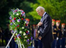 """""""Democracia está em perigo aqui em casa e ao redor do mundo"""", diz Biden em discurso no Memorial Day"""