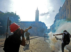 Governo libanês demite-se, mas milhares continuam nas ruas exigindo mudanças