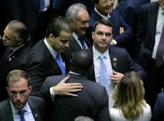 """Advogado da família Bolsonaro envolvido em """"rachadinha"""" tem cargos públicos simultâneos"""