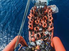 Navios humanitários resgatam mais de 800 pessoas no Mediterrâneo