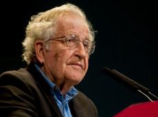 """Chomsky: """"coronavírus é algo sério o suficiente, mas há algo mais terrível se aproximando"""""""