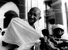 Hoje na História: 1948 - Mahatma Gandhi é assassinado por extremista