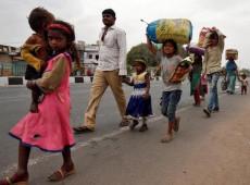 Coronavírus provoca marchas de trabalhadores migrantes de volta às aldeias na Índia