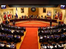 """Centenas protestam em El Salvador contra golpe; """"Intenção de controle dos poderes"""", diz Frente Farabundo Martí"""