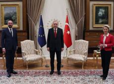 Chefe da UE é esnobada em encontro com presidente turco