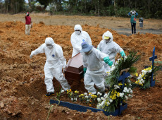 Entre os 5 países com mais mortes por Covid, apenas o Brasil apresenta tendência de alta