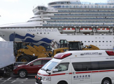 Passageiros desembarcam de cruzeiro em quarentena por coronavírus no Japão