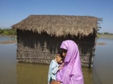 Cercados por crocodilos, vítimas das chuvas no Paquistão sobrevivem ao descaso internacional