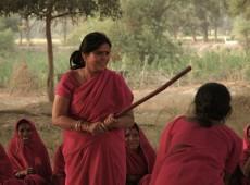 Empunhando bastões e vestidas de rosa, indianas criam grupo de autodefesa contra machismo