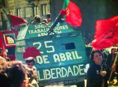 Hoje na História: 1974 - Revolução dos Cravos põe fim à ditadura herdada de Salazar