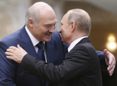 Lukashenko aposta em concessões à Rússia para manter-se no poder da Bielorrússia