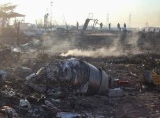 Equipes de resgate trabalham em local da queda de avião ucraniano no Irã; veja fotos