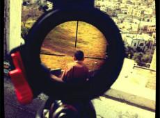 Foto de soldado israelense mirando em criança palestina causa polêmica na Internet