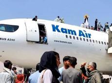 Afeganistão: Aeroporto de Cabul é cenário de caos e pânico onde milhares tentam sair do país