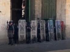 Forças israelenses atacam palestinos em frente a mesquita de Jerusalém