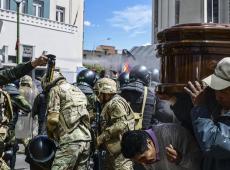 Polícia ataca manifestantes com bombas de gás lacrimogêneo durante funeral em La Paz