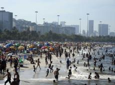 Praias lotadas: o que tem levado turistas de todo o mundo a ignorarem a pandemia?