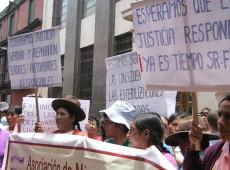 Mulheres esterelizadas a força por governo Fujimori protestam no Peru por verdade, justiça e reparação