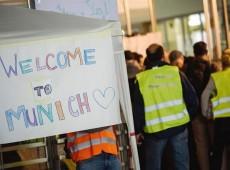 Após Áustria e Alemanha abrirem fronteiras, população se mobiliza para receber refugiados