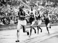 Helsinque, 1952: Tcheco Emil Zátopek ganha ouro na maratona, nos 5 mil e nos 10 mil metros
