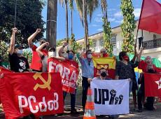 Manifestantes se reúnem em frente à Embaixada de Cuba para prestar solidariedade à ilha
