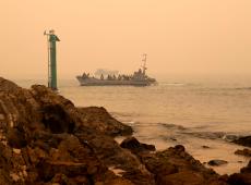 Austrália: marinha retira pessoas bloqueadas por incêndios em cidade no sudeste