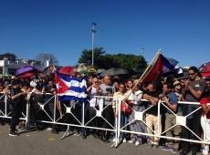 Milhares de pessoas vão à praça da Revolução, em Havana, para dar adeus a Fidel