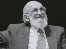 Por que as elites brasileiras têm medo do patrono da educação Paulo Freire?