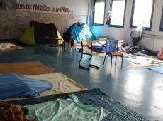 Sem ter para onde ir, refugiados em Paris ocupam escolas e prédios desativados