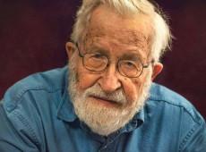Posição política da esquerda é de manter a pressão e o ativismo, diz Noam Chomsky