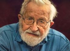 """Chomsky: """"Trump esfaqueou cidadãos nas costas enquanto fingia ser salvador da nação"""""""