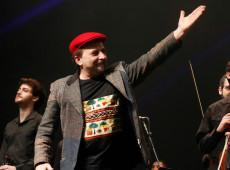 Arte, cultura e solidariedade: conheça Carlinhos Antunes, criador da orquestra de refugiados
