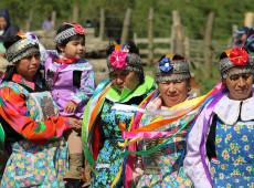 Polícia chilena reprime mulheres mapuche que tentam vender alimentos durante pandemia