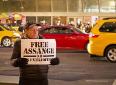 Assange era vigiado 24 horas por dia durante asilo em embaixada, dizem testemunhas