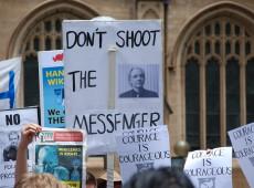 Centenas de manifestantes marcham em Londres contra extradição de Assange para os EUA