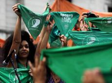 Mulheres argentinas marcham contra aumento de feminicídios e querem aborto legal