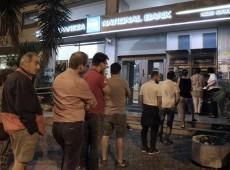 Divididos sobre referendo e calote, gregos lotam caixas eletrônicos para sacar dinheiro em Atenas