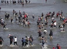 Centenas de migrantes cruzam fronteira da Guatemala com México