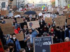 Poloneses vão às ruas após restrições quase totais do aborto entrarem em vigor