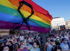 """Espanha: jovem é vítima de violência homofóbica e tem palavra """"maricas"""" gravada no glúteo"""